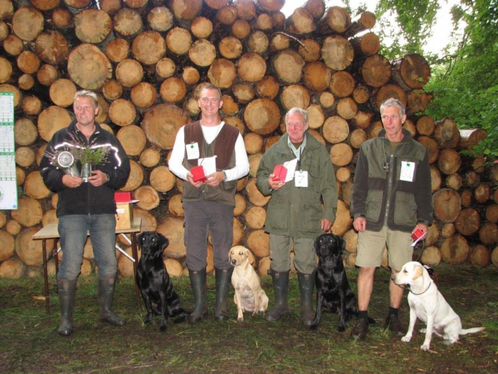 Fra paraden til Unghundemesterskabet 2008. Til venstre er det vinderhunden, Glen Louch Dexter (Ropehall Lad - SEJCH Moormanns Hoya) opdrættet af Peter Nordin (S), ejet af Mette og Stig Andersen. Nr. 2 fra venstre er 2UM2008 Ravensbank Skylark (Skylark) og Thomas Pedersen. Nr. 2 fra højre er  DKBRCH DKJCH NOJCH SEJCH NORDJCH 2EV2010 3UM2008 Ravensbank Swift (Swiffer) og Gert Müller. Yderst til højre er det 4. vinder Michnos Dronning Katrine (Aslan-Michnos Webley+Scott) opdr. Charlotte og Lars Nørgaard, ejer Peter Abel.©Anne Mette Mørup