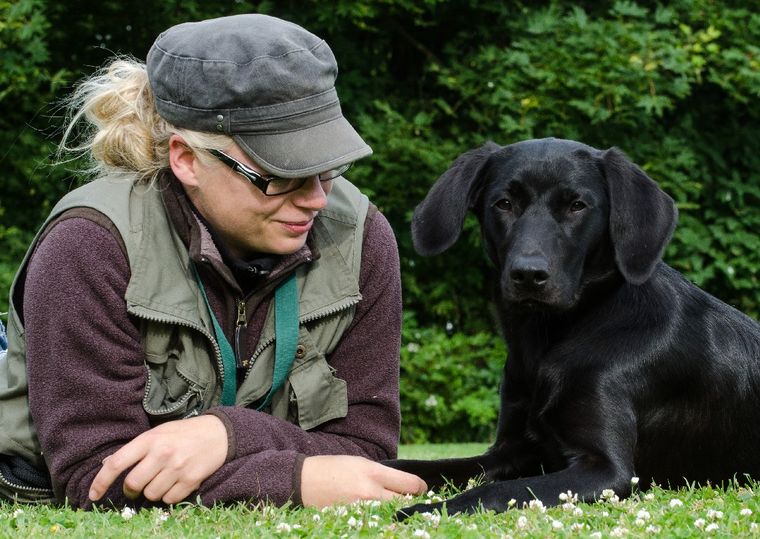 Ravensbank Donna (Bibs), 11 months old , together with Ms.Anne Kjær Iversen ©Sanne Amnitsbøll, Sannes Hundecenter