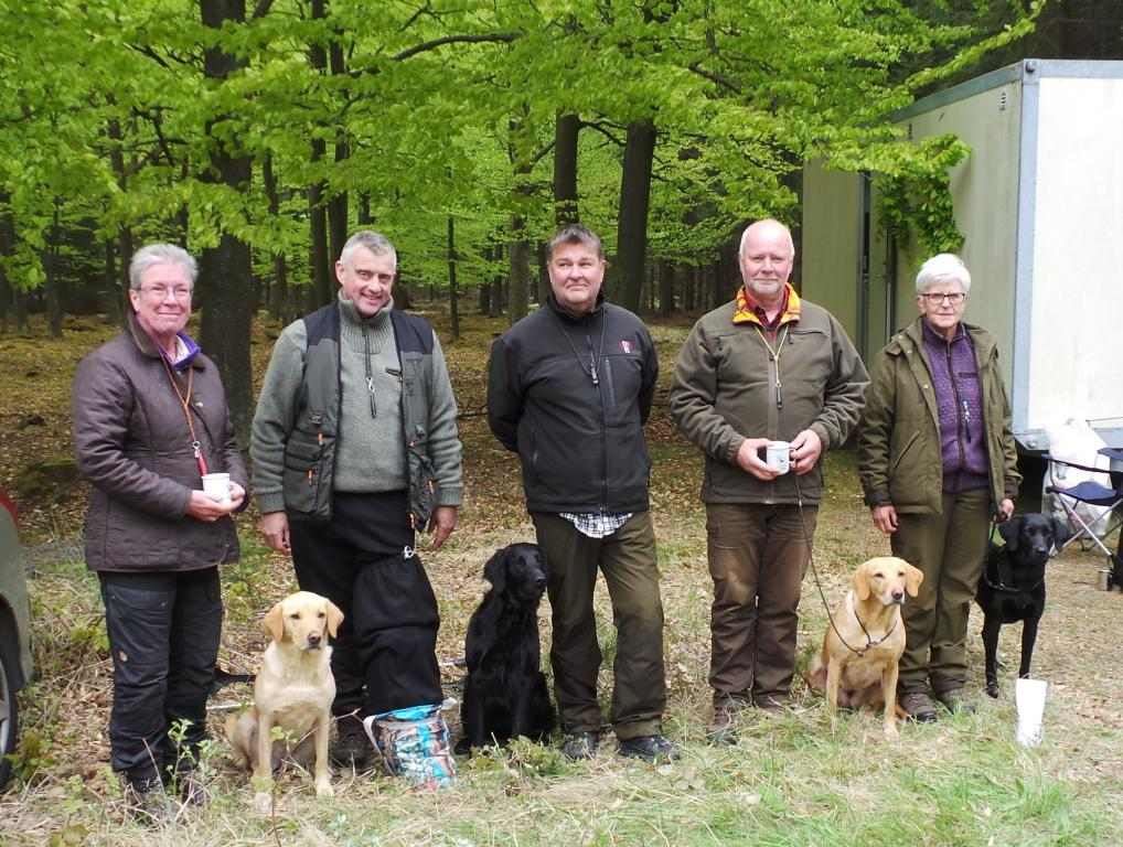 Winners in open class from the unofficial cold game test at Bornholm 10-05-2015. From right to left. 1st winner, Ms. Marianne Graversen with Ravensbank Wicked (Wicked), 2nd winner Mr. Frank Graversen with 4RM2014 Ravensbank Fay (Fay), 3rd winner Mr. Preben Jørgensen with Flatcoated Retriever, Skattkammarens Maxwell Klinger, and 4th winner Ms. Elna Juhl with Ravensbank Express (Chilli). The judge in the middle is Mr. Ulf Hammarström, Sweden.