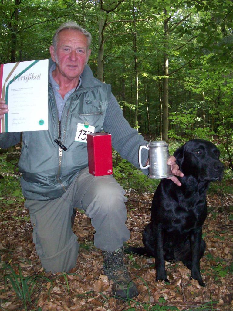 En stolt Gert Müller med DKBRCH DKJCH NOJCH SEJCH NORDJCH 2EV2010 3UM2008 Ravensbank Swift (Swiffer) ovenpå en veloverstået B-prøve d. 13. september 2009.©Bent Müller