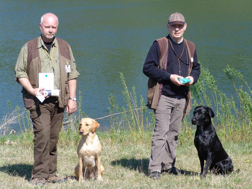 Fra Working test ved Ørumgaard 23-04-11. Til venstre 2. vinder begynderklasse, Frank Graversen og hunden 4RM2014 Ravensbank Fay (Fay). Til højre står jeg med 4. vinder på samme prøve med min hund Ravensbank Jock (Jock). Jock og Fay er kuldsøskende.©Ravensbank Labrador Retrievers
