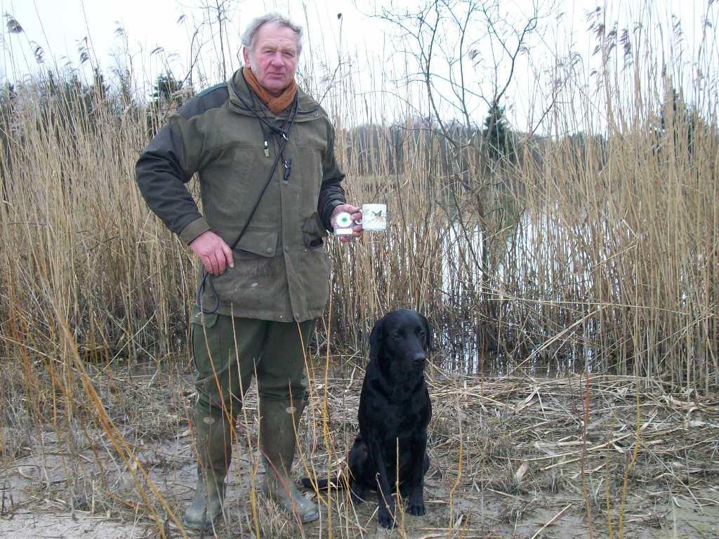 En stolt Gert Müller med DKBRCH DKJCH NOJCH SEJCH NORDJCH 2EV2010 3UM2008 Ravensbank Swift (Swiffer) efter C-prøve i Stenlille Grusgrav, hvor Swiffer blev dagens bedste hund i åben klasse ud af 25 hunde.©Ravensbank Labrador Retrievers