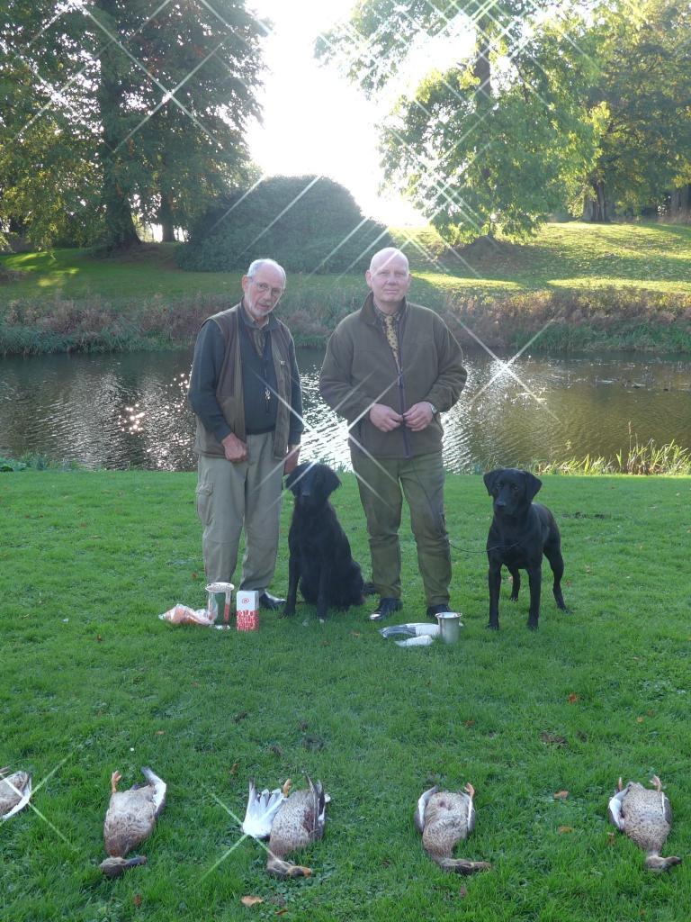 Til venstre er det Vagn Christiansen og Munkehaven Almo Ditte som blev dagens bedste øvede hund og vinder af Ravensbank vandrepokalen på AC-prøven på Fyn 2014. Til højre er det mig selv med Ravensbank Bob (Bob) der blev dagens bedste uøvede hund og dermed vinder af Kennel Foldagers vandrepokal. Begge hunde fik flotte sponsorpræmier fra Sporty Gundogs.©Gert Knudsen