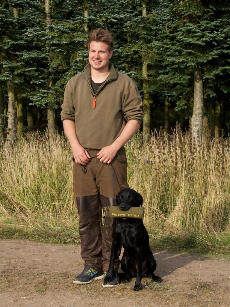 Niclas Helskov har god grund til at være stolt over sin unge hund, Ravensbank Ice (Maggie) der på sin debutprøve i begynderklasse bliver dagens bedste hund ud af 47 deltagere.©Kirsten Lynge, Retrieveren