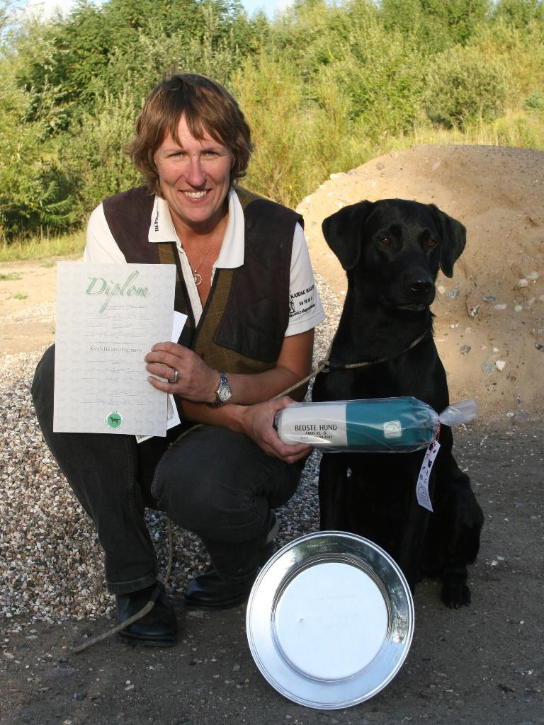 Charlotte Rasmussen og Ravensbank Sir Kay (Tino) på dagen hvor de to først består kvalifikationsprøven, og dernæst bliver dagens bedste hund i åben klasse på B-prøve.©Charlotte Rasmussen