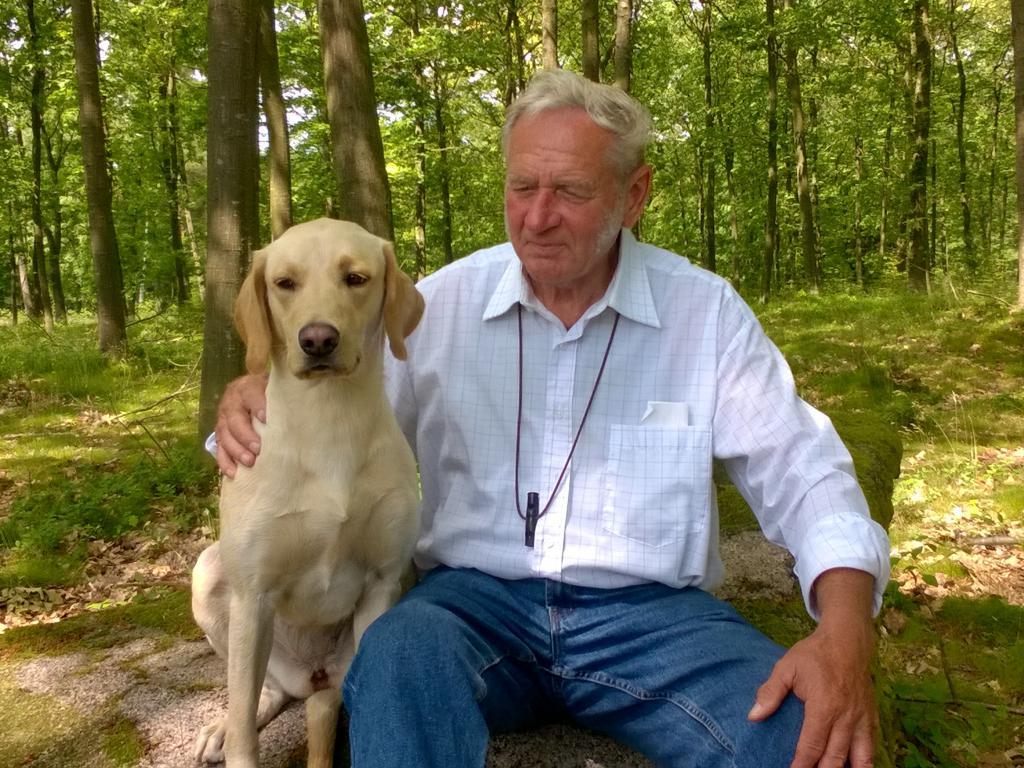 Billede af Gert Müller og den dejlige Ravensbank Gypsy (Gypsy), på dagen hvor parret er blevet dagens bedste hund på B-prøve i begynderklasse. Gypsy er 1 år og 3 måneder gammel på dette billede.©Gert Müller