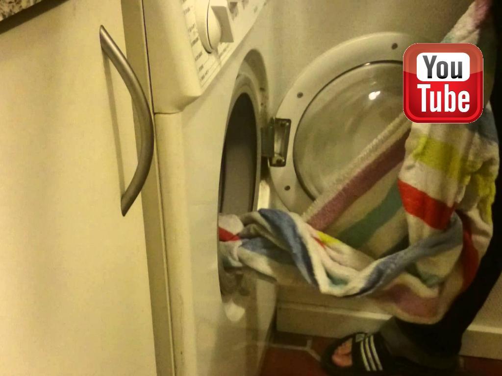 Ravensbank Donna (Bibs) hjælper til med vasketøjet.©Anne Kjær Iversen